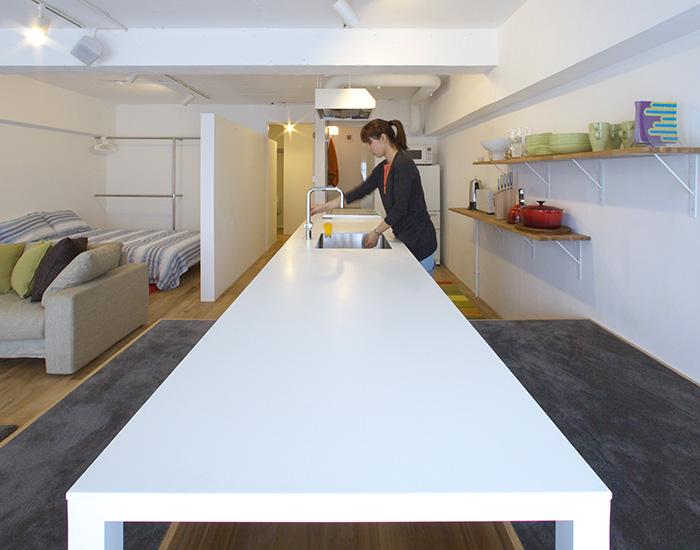 らしさを凝縮した長いキッチン。